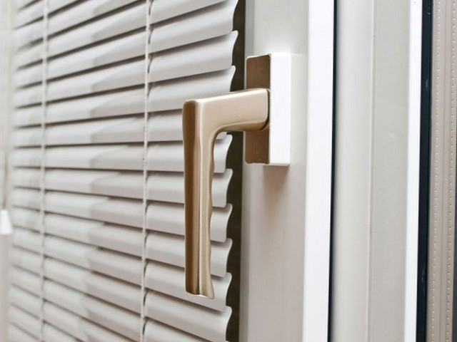 Алюминиевые жалюзи на пластиковые окна – практичное решение для каждого дома