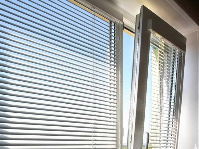 Жалюзи на пластиковые окна с выгодой и гарантией качества